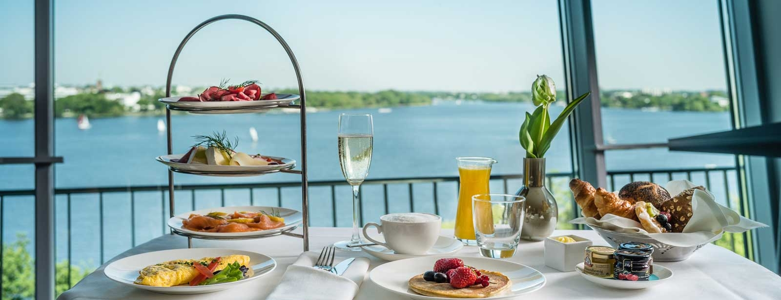 Executive Room - Le Méridien Hamburg - Breakfast with Alster view