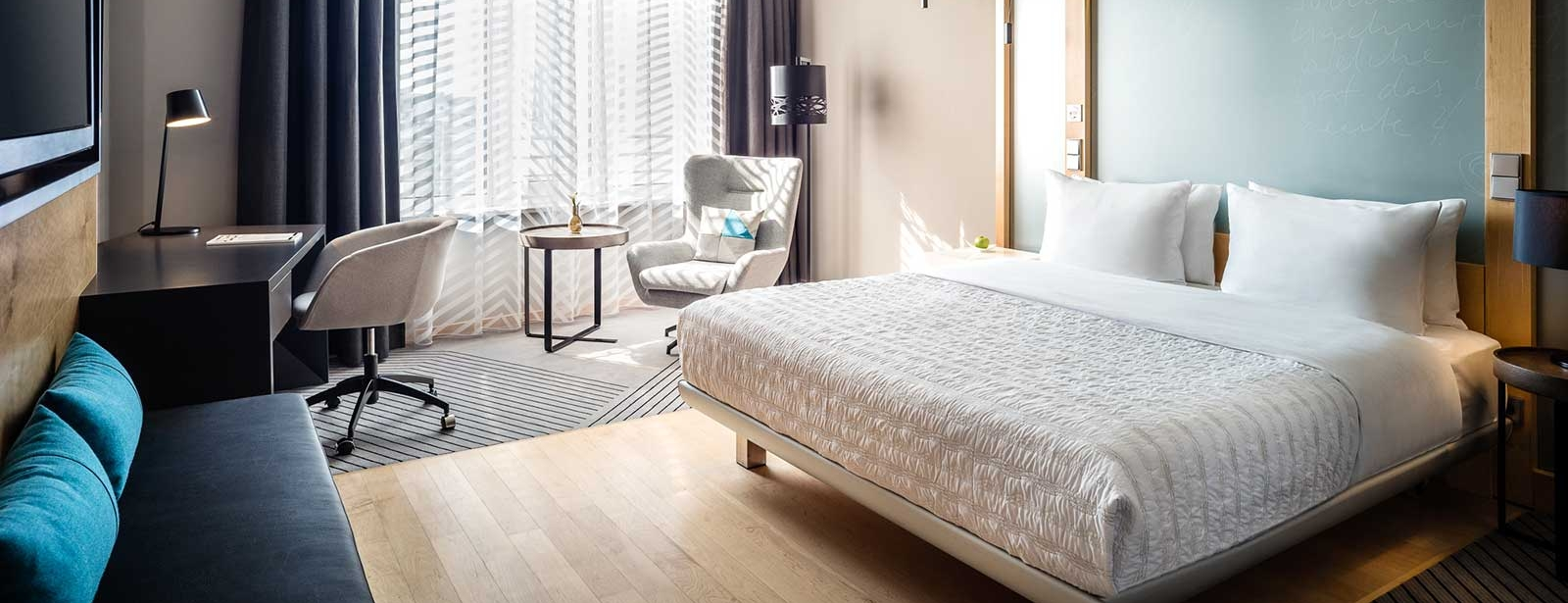 Superior Room King Size Bed - Le Méridien Hamburg - city view